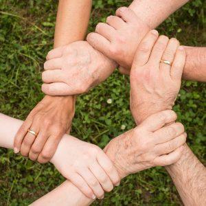 Personen fassen sich an den Händen